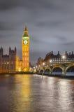议会,英国威斯敏斯特桥梁、大本钟和议院  免版税图库摄影