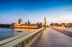 议会-伦敦大本钟和议院夜视图  图库摄影