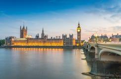 议会-伦敦大本钟和议院夜视图  免版税库存图片
