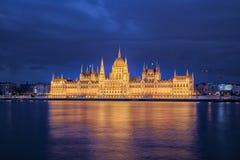 议会Buidling在晚上在布达佩斯,匈牙利 免版税库存照片