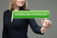 建议的女实业家按按钮在虚屏上的心理学 技术、互联网和网络概念 库存图片
