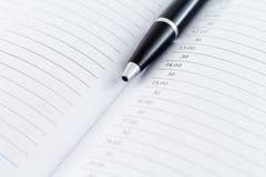 议程与笔的计划日志 免版税库存图片