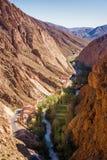议院、河和路在Gorges du Dades的R704在摩洛哥 库存照片
