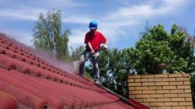 议院与压力工具的屋顶清洁 股票视频