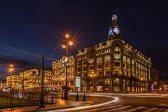 议院书(歌手议院)在夜illumi的涅夫斯基远景 免版税库存图片