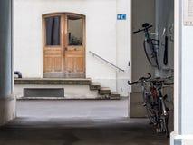 议院入口和自行车行李架 免版税库存图片