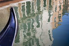 议院反射在一条运河的水域中在威尼斯 库存图片