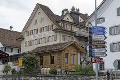 议院和一个小木大厦在施维茨 库存图片