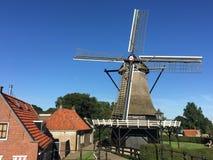 议院和一台老风车在Sloten 库存照片