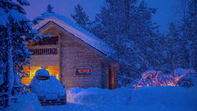 议院和一辆汽车在晚上森林和降雪里 影视素材