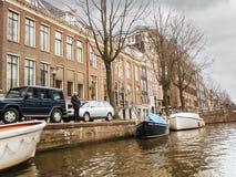 议院和小船在运河在阿姆斯特丹。荷兰 图库摄影