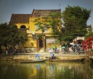 议院和小船,会安市,越南 库存照片