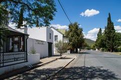 议院和树在赫拉夫Reinet,自由州,南非 免版税图库摄影