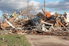 议院和汽车以龙卷风损伤 免版税图库摄影