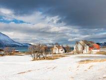 议院和海湾在哈尔斯塔在冬天-特罗姆斯,挪威 免版税图库摄影