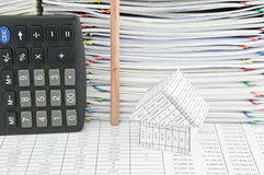 议院和铅笔在垂直在财务报告 库存照片