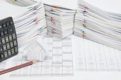 议院和铅笔在财务帐户有计算器地方垂直 库存图片