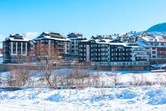 议院和雪山全景保加利亚滑雪胜地的班斯科 库存图片