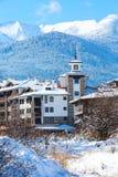 议院和雪山全景保加利亚滑雪胜地的班斯科 库存照片