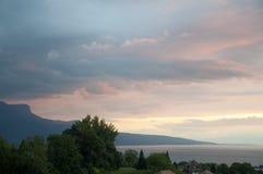 议院和绿叶除日内瓦湖以外日落的 库存照片