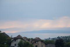 议院和绿叶除日内瓦湖以外日落的 图库摄影