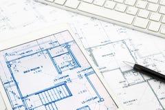 议院图纸和楼面布置图与片剂 免版税图库摄影