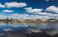 议院在一个小池塘附近的乡下与 库存图片
