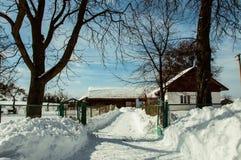 议院在一个村庄,在冬天 库存图片