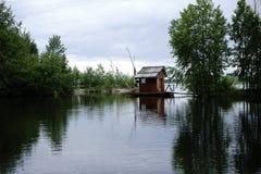 议院在与障碍和树的水中 免版税库存照片