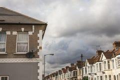 议院在伦敦、屋顶和云彩 库存照片