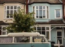 议院在伦敦,一辆蓝色汽车 库存照片