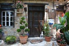 议院在其中一个塞浦路斯村庄中 库存图片