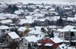 议院在村庄在冬天,空中 图库摄影