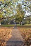 议院在秋天公园 免版税库存图片
