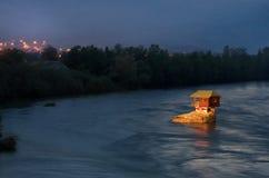 议院在巴伊纳巴什塔,西塞尔维亚附近的河德里纳河 免版税库存照片