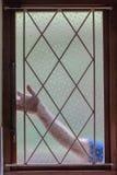议院夜贼窗户栏手胳膊 免版税库存图片