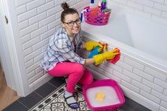 议院清洁 妇女在卫生间里在家清洗 库存图片