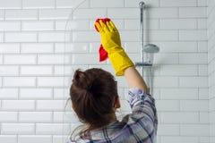 议院清洁 妇女在卫生间里在家清洗 免版税图库摄影