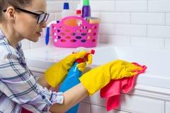 议院清洁 妇女在卫生间里在家清洗 免版税库存图片