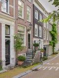 议院由一条运河的一条街道的在阿姆斯特丹 库存图片