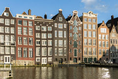 议院由一条运河的一条街道的在阿姆斯特丹 免版税库存图片