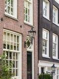 议院由一条运河的一条街道的在阿姆斯特丹 免版税库存照片
