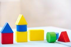 议院由老立方体制成 木五颜六色的积木 葡萄酒儿童的玩具 修建房子的概念,公寓为 免版税库存照片