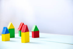 议院由老立方体制成 木五颜六色的积木 葡萄酒儿童的玩具 修建房子的概念,公寓为 免版税库存图片