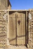 议院的门在Kharanagh村庄在亚兹德,伊朗 免版税库存图片