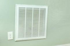 议院空调器过滤器在墙壁上的入口出气孔 免版税图库摄影