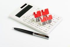 议院维修费用演算、抵押和房屋贷款或者不动产价格概念,小组有红色屋顶的微型房子 免版税库存图片