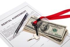 议院钥匙和现金以租赁协议 图库摄影