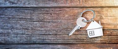 议院钥匙和Keychain在木头 免版税库存图片