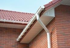 议院雨天沟防水的问题范围室外 家庭Guttering、天沟、塑料Guttering系统、Guttering &排水设备 免版税库存照片